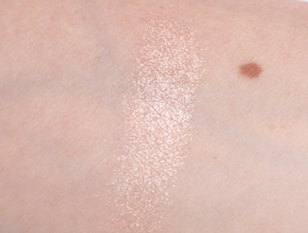 MAC-Extra-Dimension-Skinfinish-Superb-swatch-hand