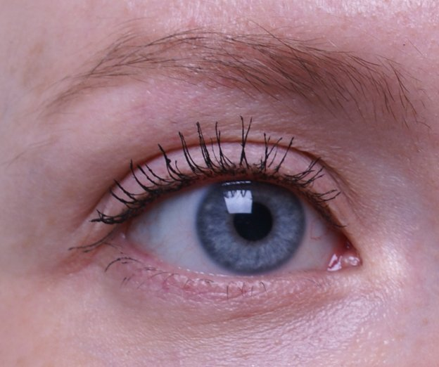 maybelline-the-colossal-volum-express-cat-eyes-mascara-swatch-eye