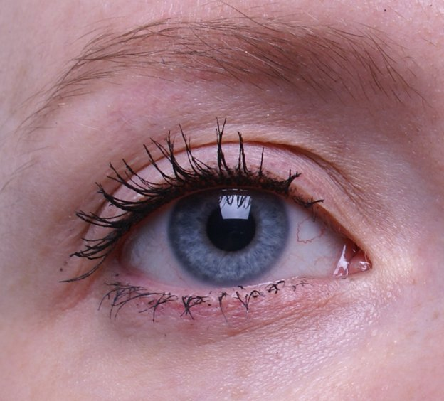 maybelline-the-one-by-one-volum-express-satin-black-swatch-eye