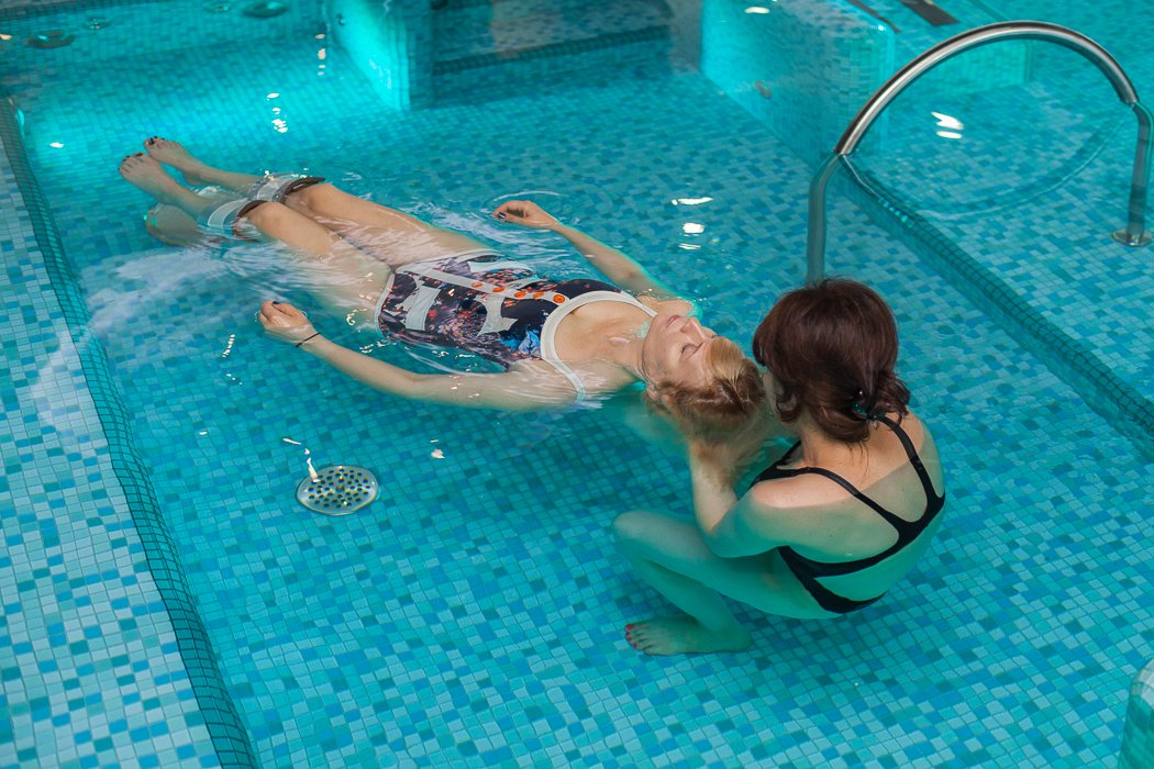 Миленькая девочка сняла купальник