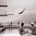 Фотография кажется нереальной  - пловец летит лицом к вышке. Фотошопа тогда еше не было