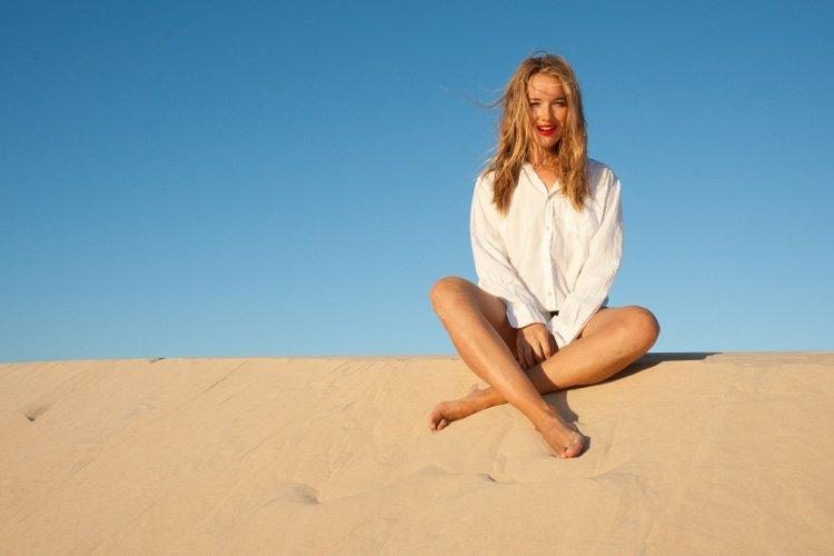 Ида обожает фотографироваться в красивых позах на фоне красивых пейзажей и быть при этом красоткой. Кто не хочет того же - может первый бросить песком мне в глаза:)