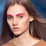 девушка с красными бровями