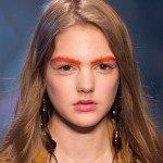 девушка с оранжевыми бровями