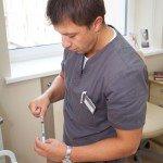Антон Юрьевич набирает препарат в шприц