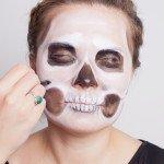 Брови маскируем белым - у черепа их нет