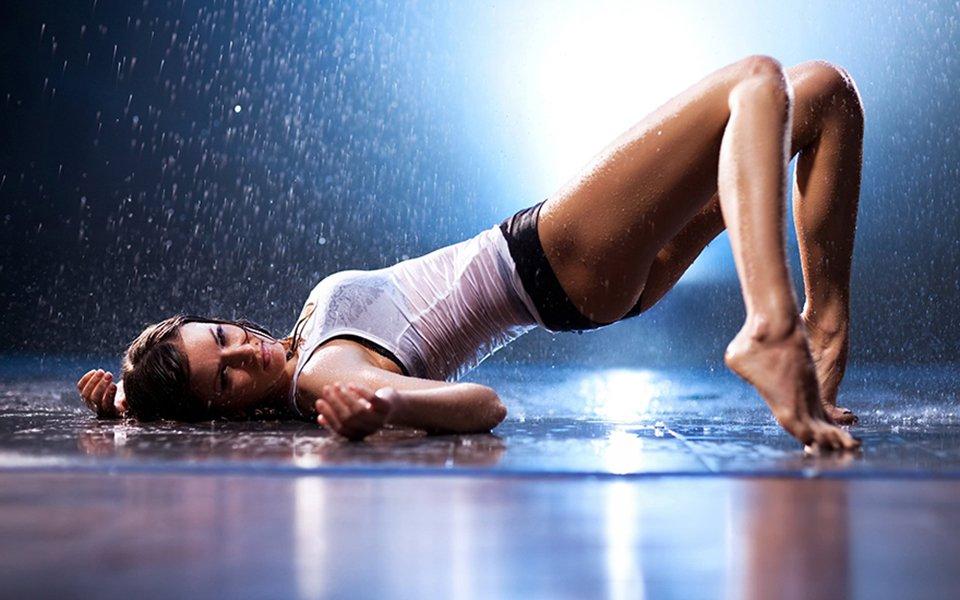 девушка под дождем, секс-фитнес, секс-тренинг