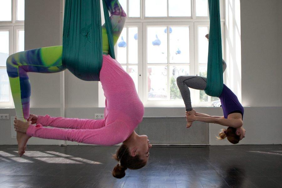 Йога в гамаках — нестандартные способы снять стресс.