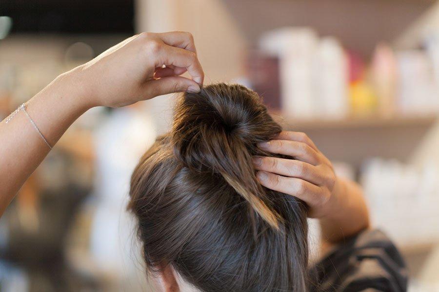 """Когда """"пучок"""" зафиксирован, придайте ему небрежность. Потяните за отдельные волоски и ослабьте натяжение."""