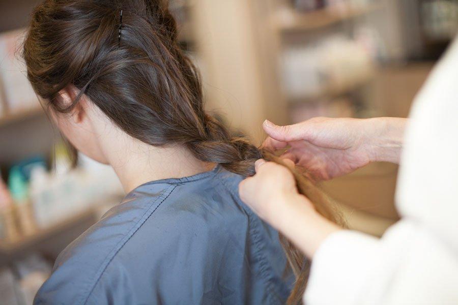 Заплетите из всей массы волос не тугую косу.