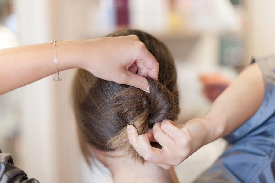 """Концы волос просуньте в отверстие """"бублика"""". Получится эдакий узел из жгута."""